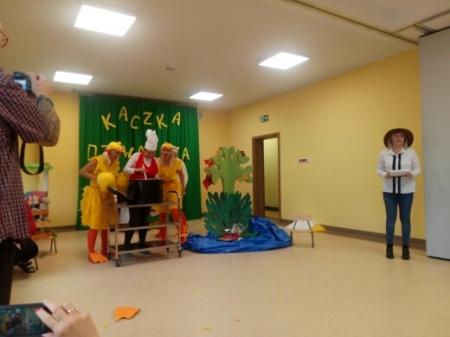 Kaczka Dziwaczka - nauczycielki występują przed przedszkolakami