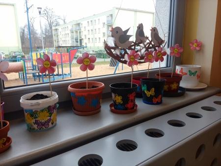 Sadzenie kwiatów w przedszkolu.